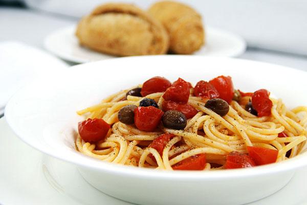 ricetta-spaghetti-acciughe-e-olive
